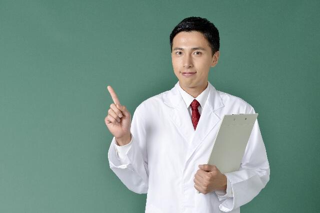 指をさす男性医者