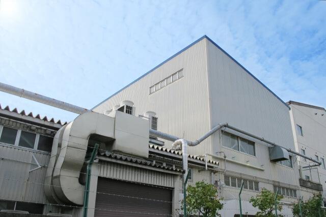 見上げる工場