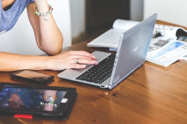 パソコンで口コミを調べる女性