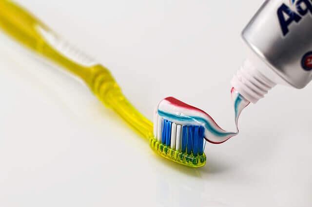 歯ブラシに歯磨き粉